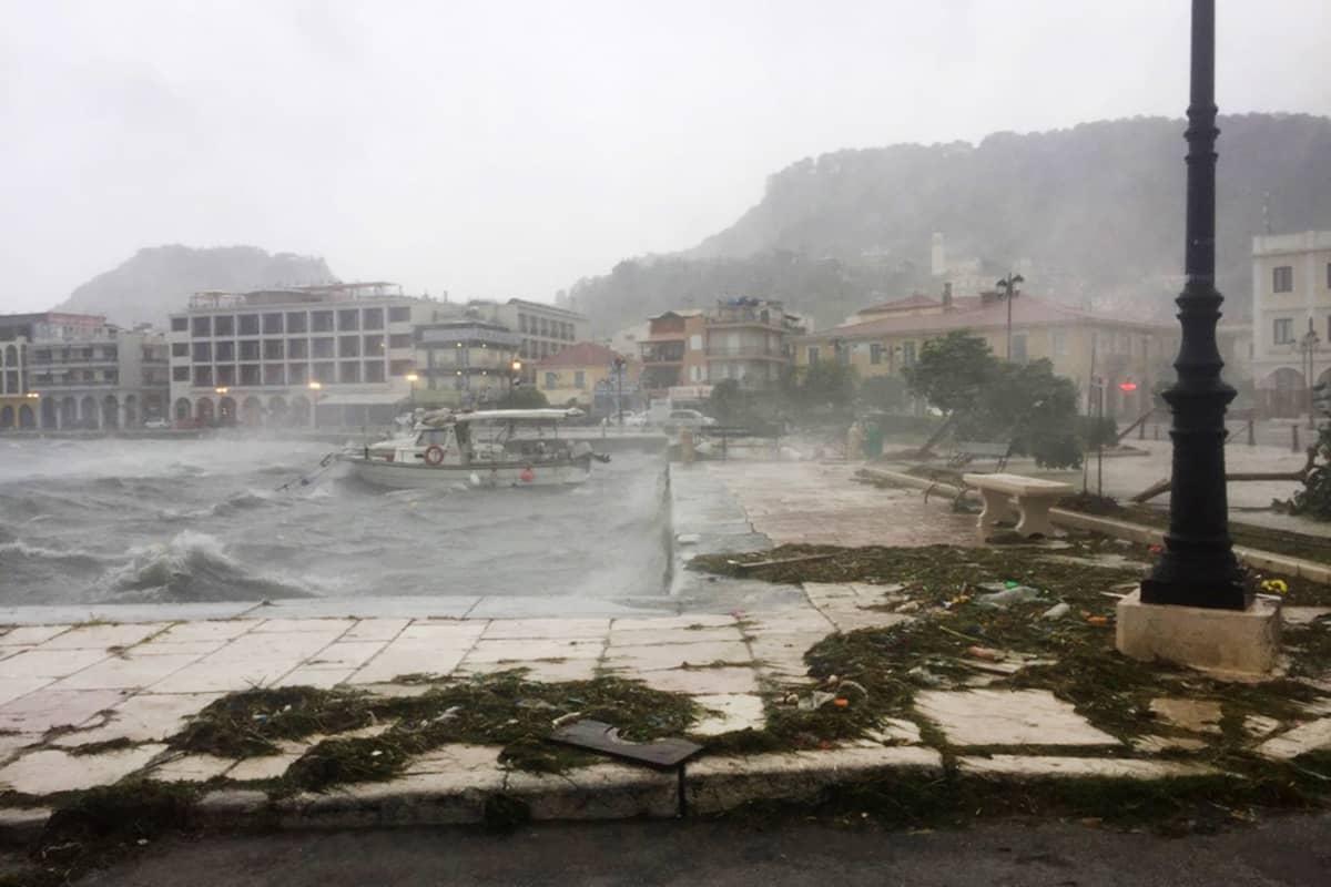 Myrsky iskee Ianosin kaupunkiin Zakynthosin saarella Kreikassa.