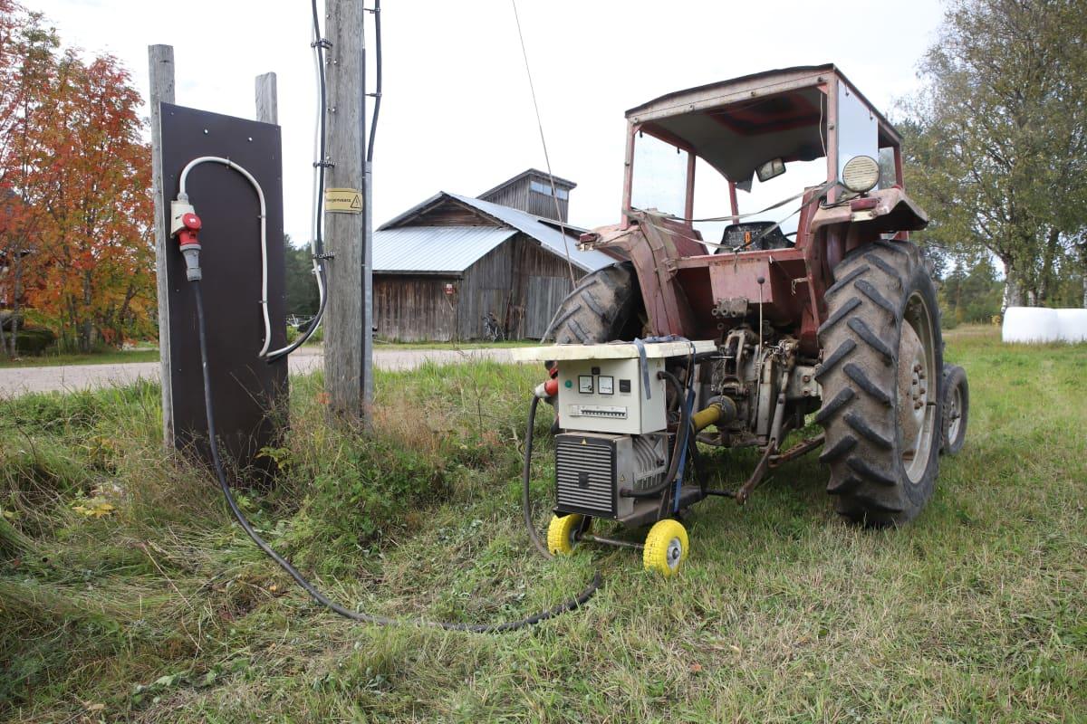 Bensakäyttöinen aggregaatti kiinnitettynä traktorin perään.
