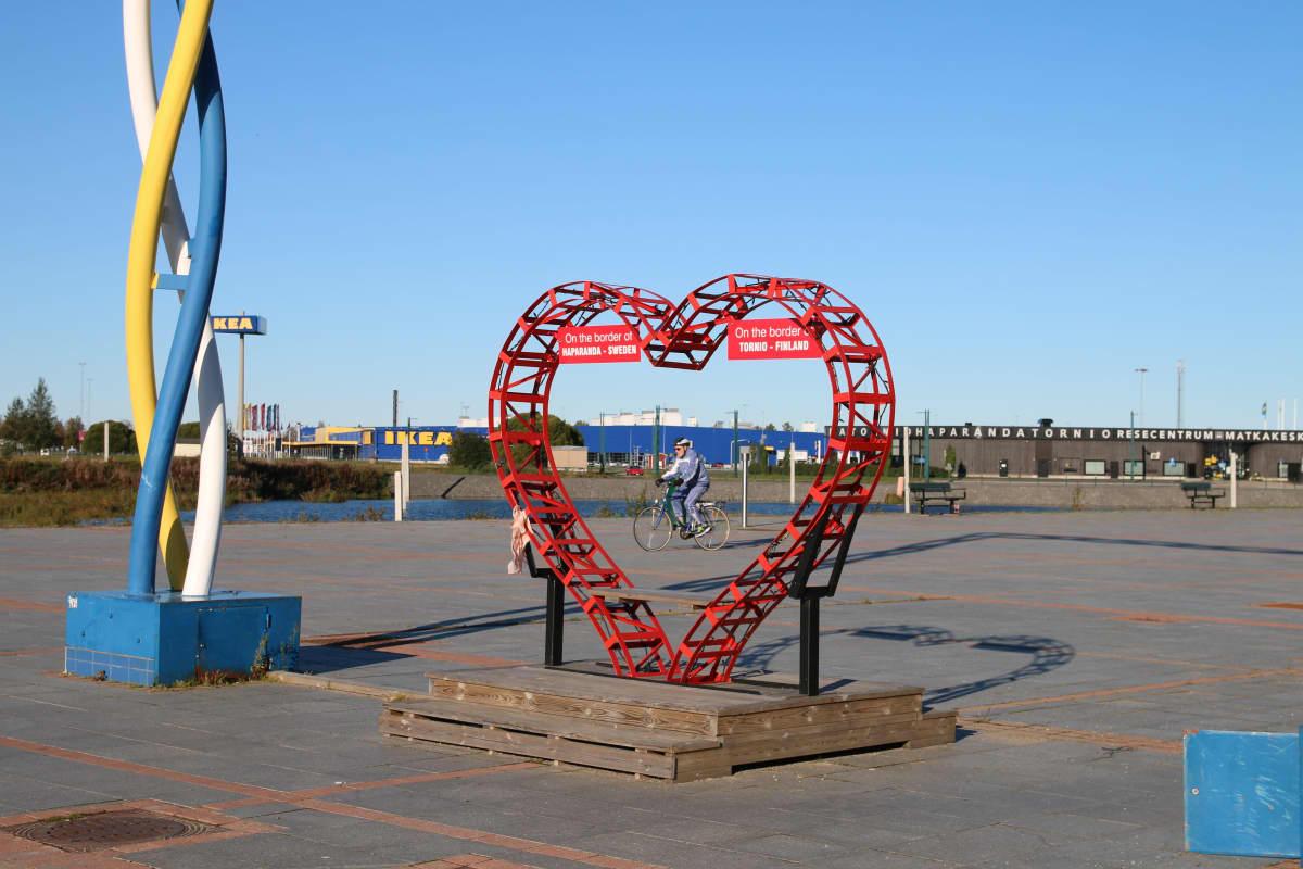Tornion ja Haaparannan rajalla olevalla Victorian torilla oleva sydänpatsas.