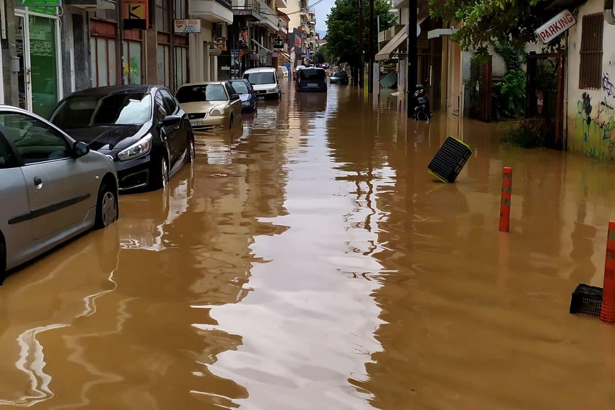 Autoja veden peittämällä kadulla.