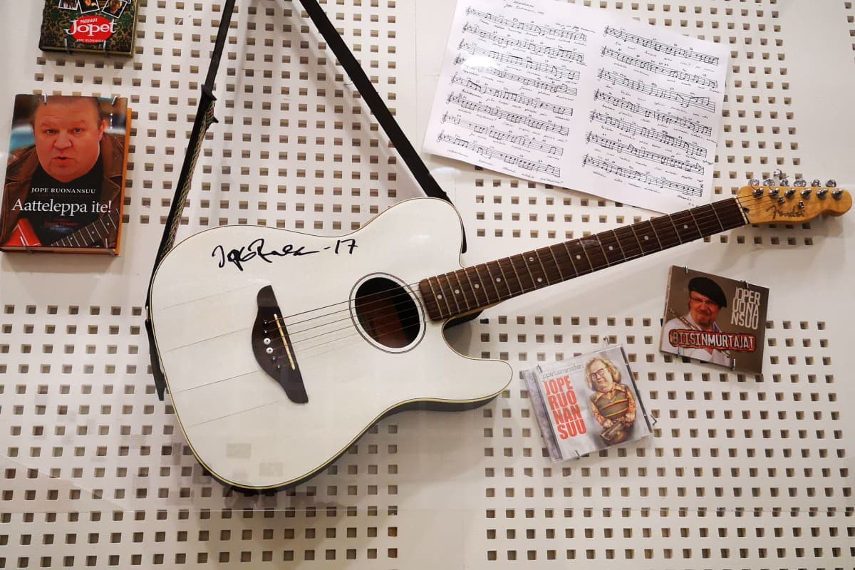 Jopen kitara Syväkankaan koulun Jopen salin seinällä.