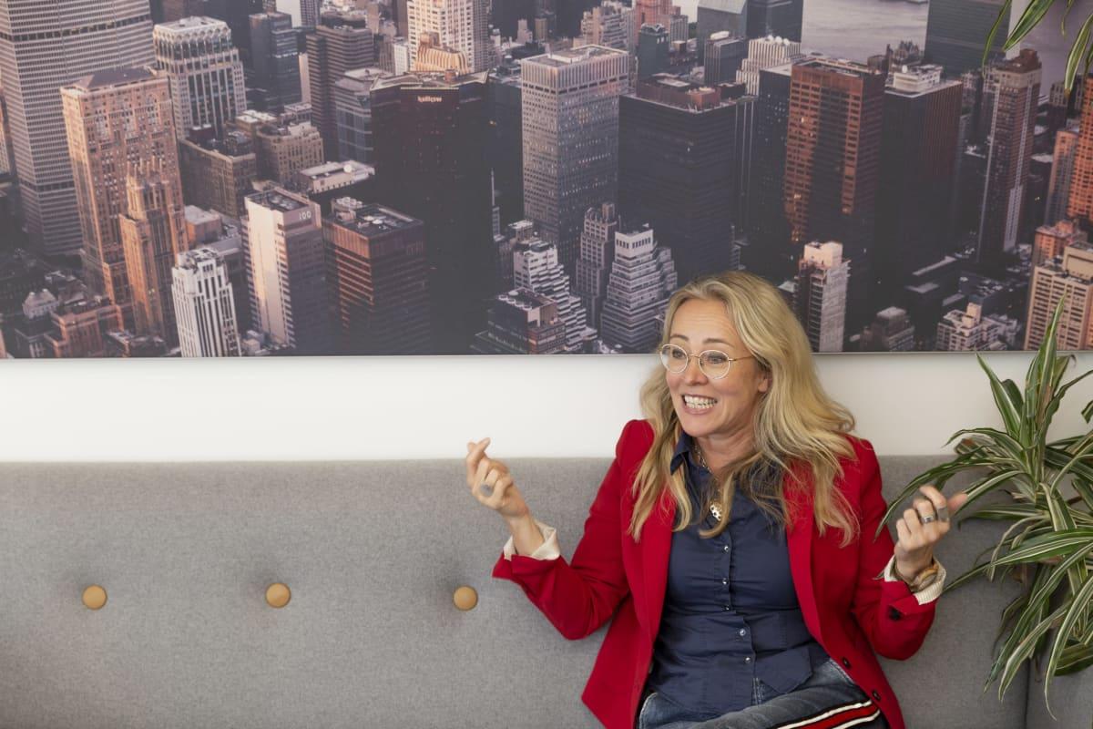 Joe Bidenia äänestävä Lena Grenat. Taustalla seinätaulu, jossa New Yorkin pilvenpiirtäjiä.