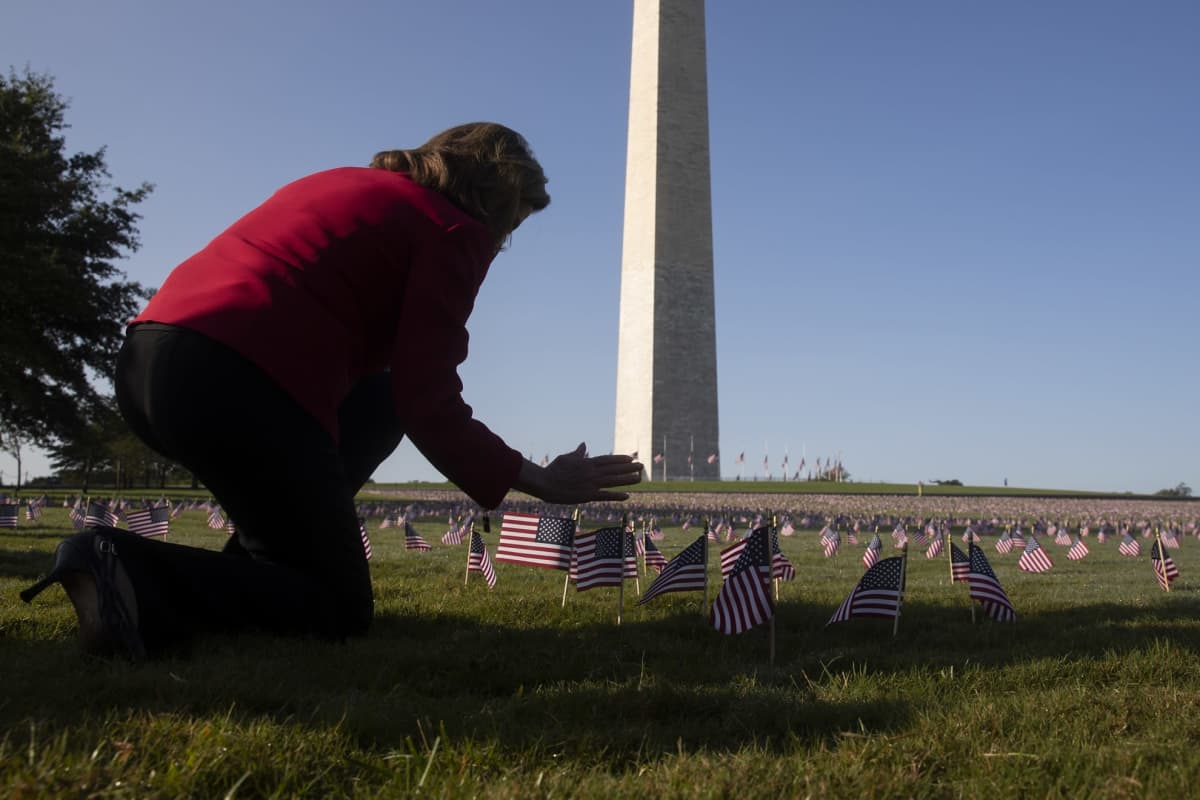 Nancy Pelosi asetti pienen Yhdysvaltain lipun nurmelle Washingtonin National Mall -puistossa.