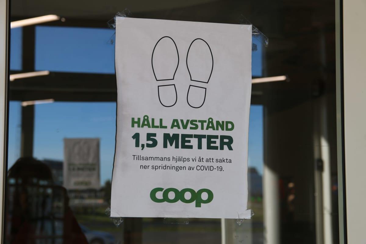 turvaväleistä muistuttava lappu ruokakaupan ovessa Haaparannalla