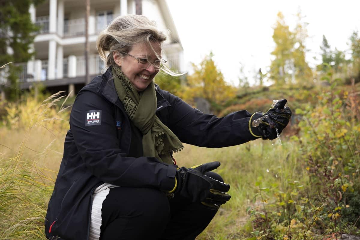 Leppävirtalainen Tiina Kosunen puristaa hyytelösammaleläintä kädessään.