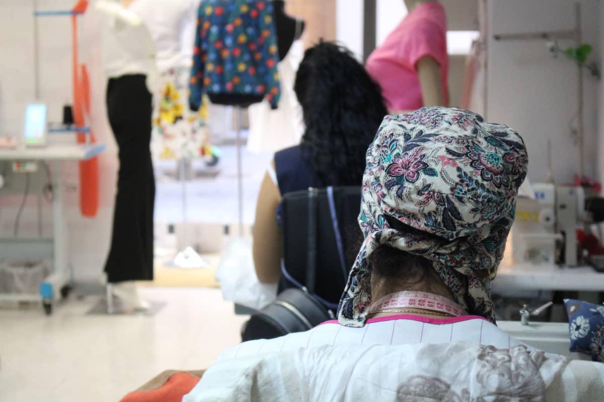 Madridissa toimiva maskitehdas, jossa entiset ihmiskaupan uhrit tekevät maskeja.