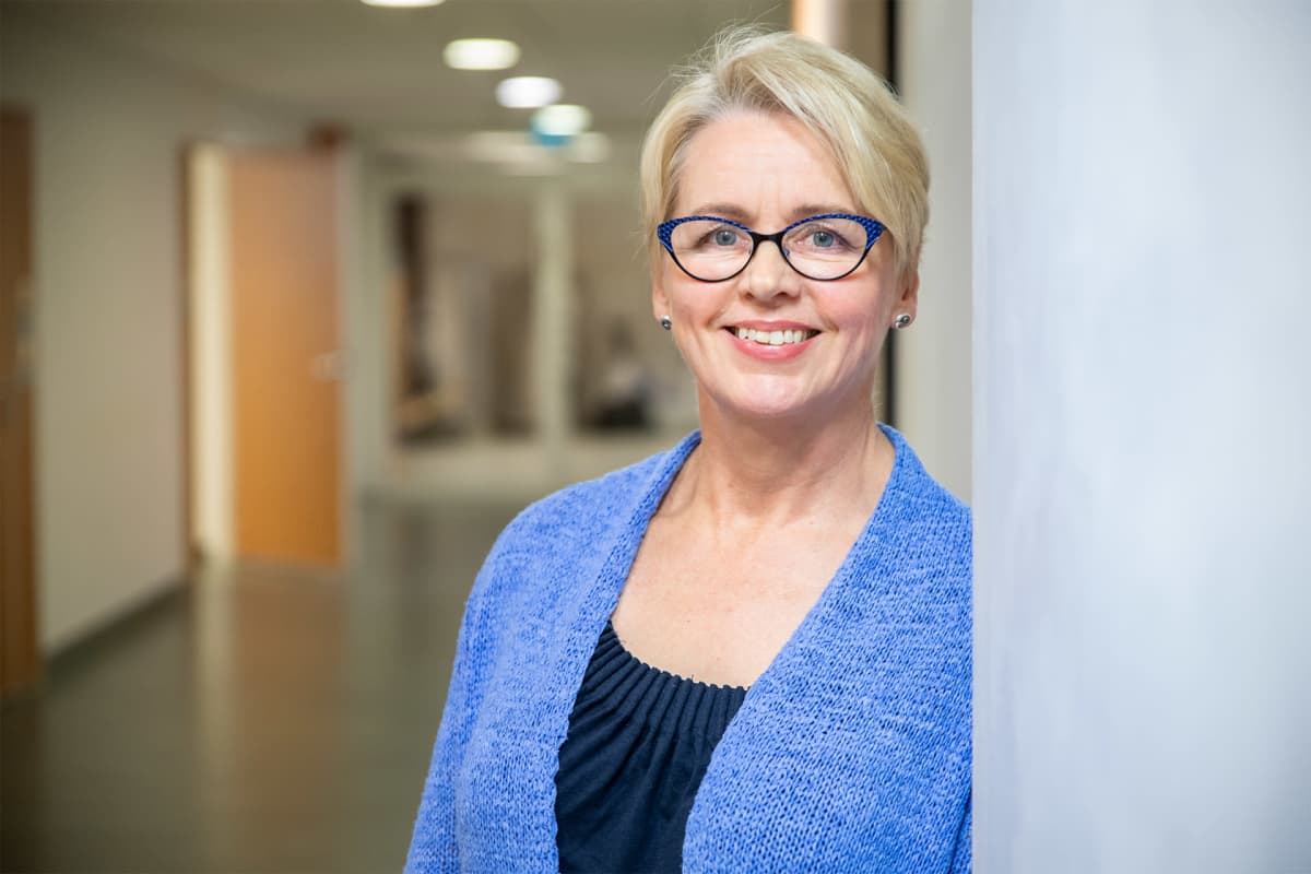 Palvelupäällikkö Paula Käyhkö seisoo Kyllön terveyskeskuksen käytävällä.