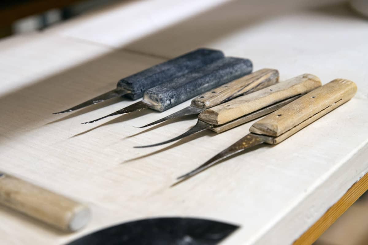 Astioiden valmistuksessa käytettäviä työkaluja.
