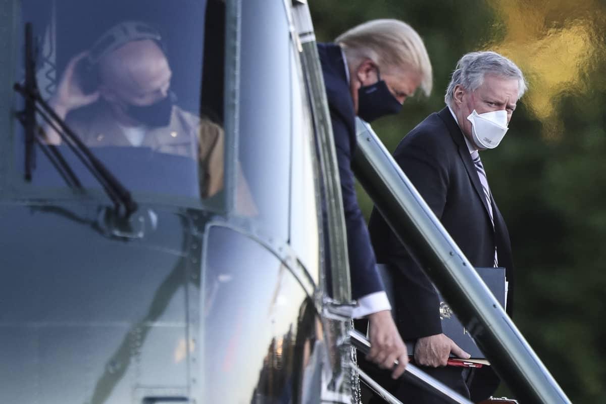 Presidentti Trump saapui Valkoisen talon kansliapäällikön Mark Meadowsin kanssa helikopterilla Walter Reedin sotilasairaalaan.