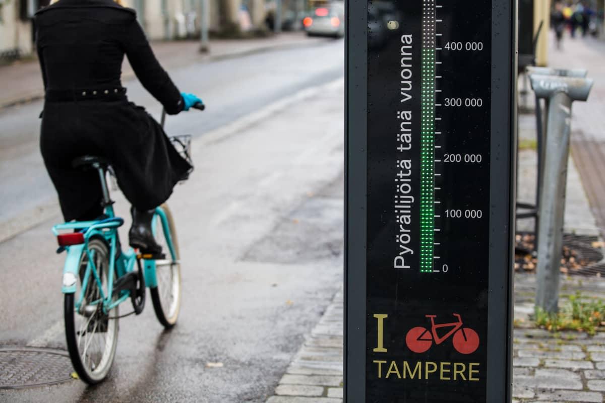 Pyöräilijä Tampereen keskustassa.