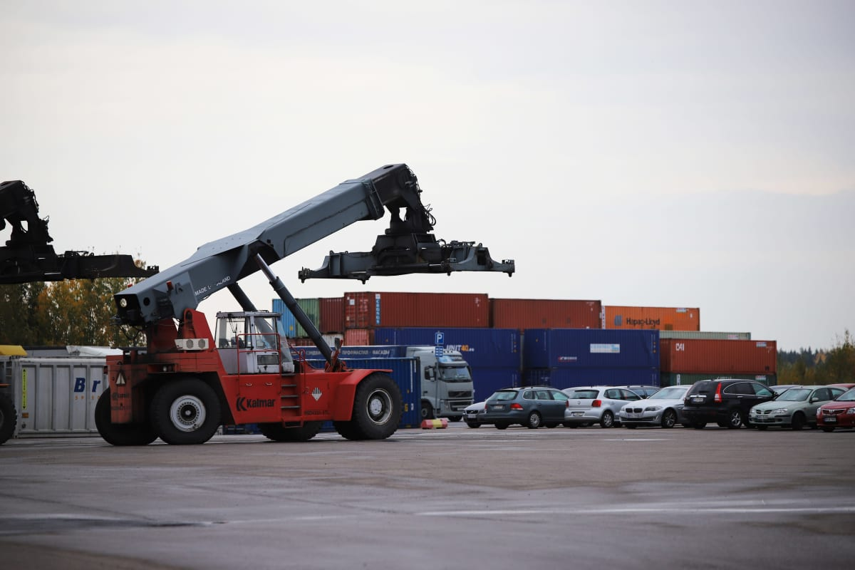 Kouvola Cargo Handling Oy:n yritysaluetta ja kontteja.