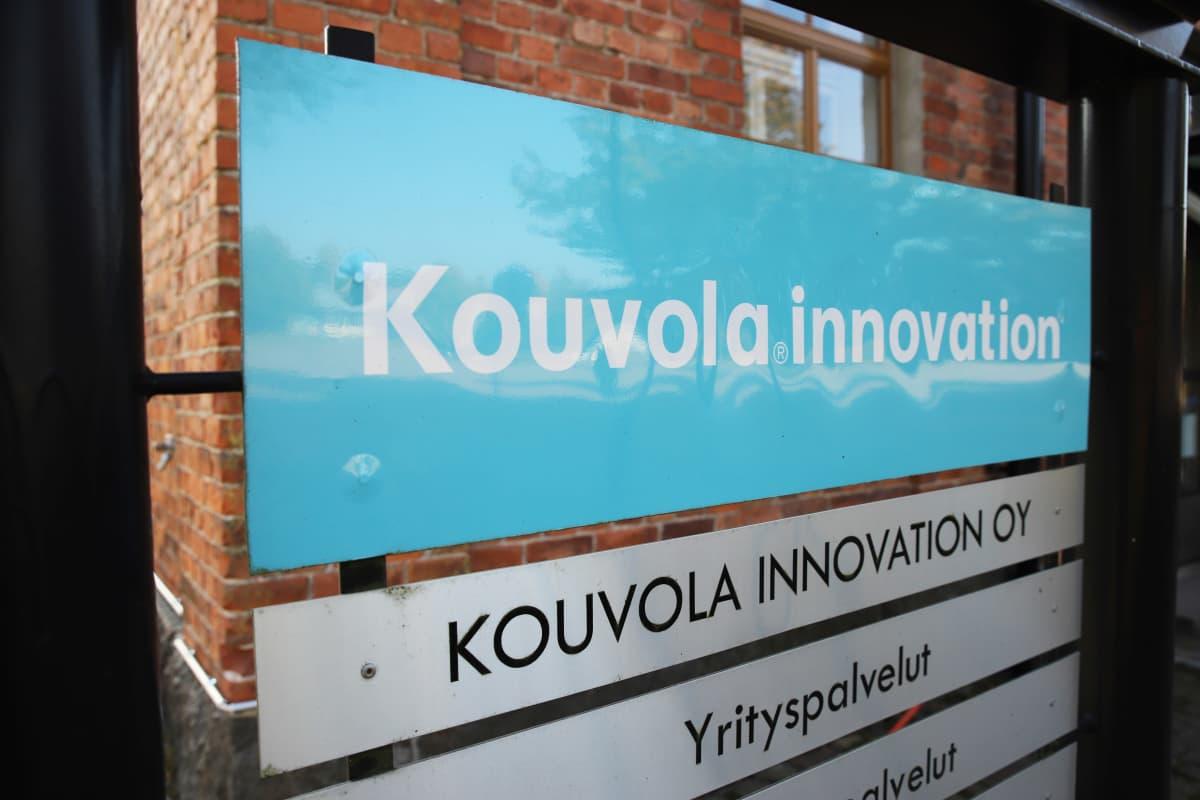 Kouvola Innovationin kyltti rakennuksen ulkopuolella.