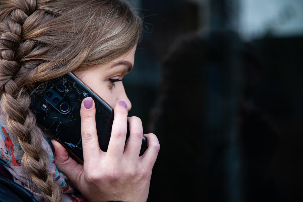Noora Frantzi puhelimessa.