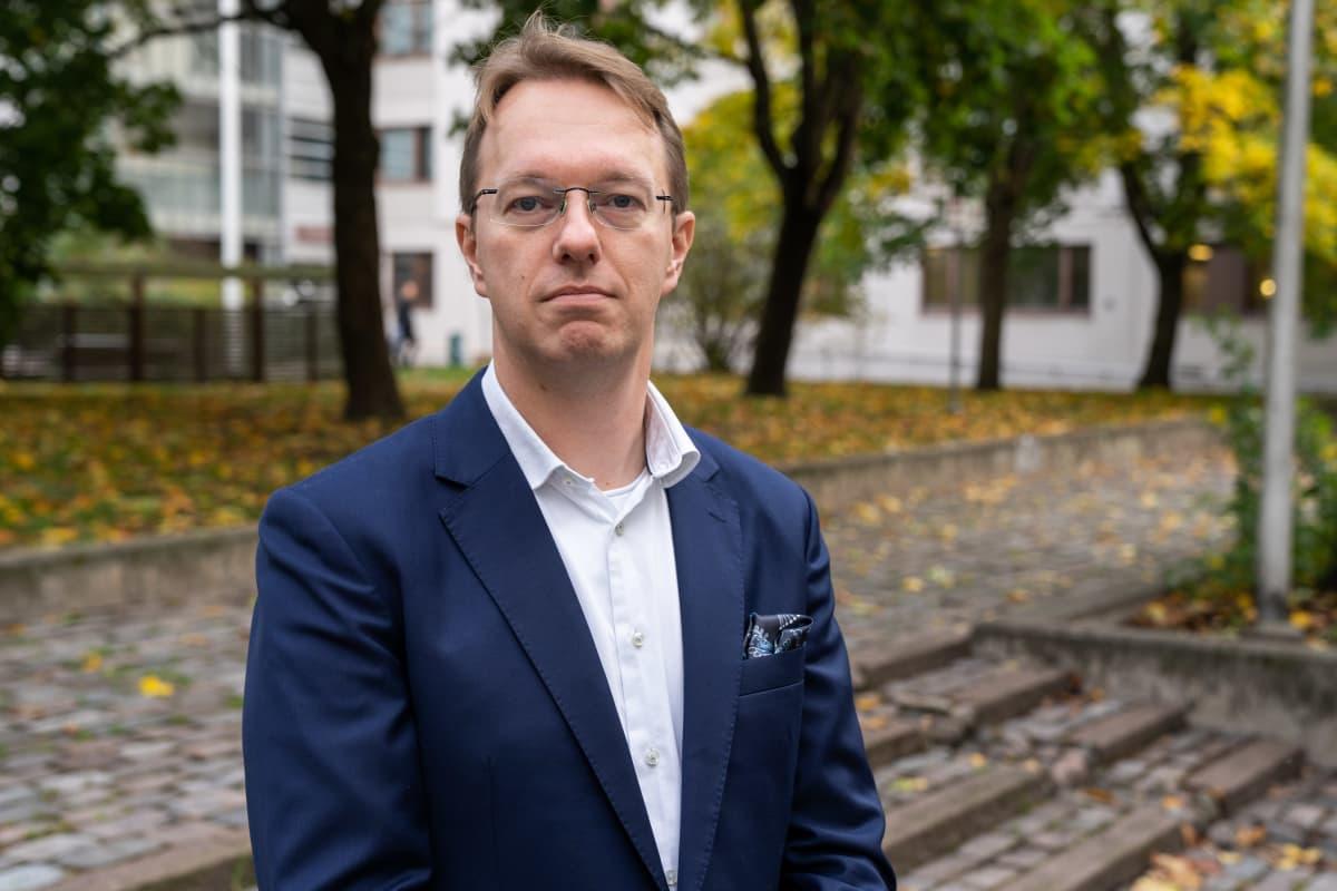 Omakotiliiton toiminnanjohtaja Janne Tähtikunnas seisoo syskyisessä Itä-Pasilassa ja katsoo kameraan.
