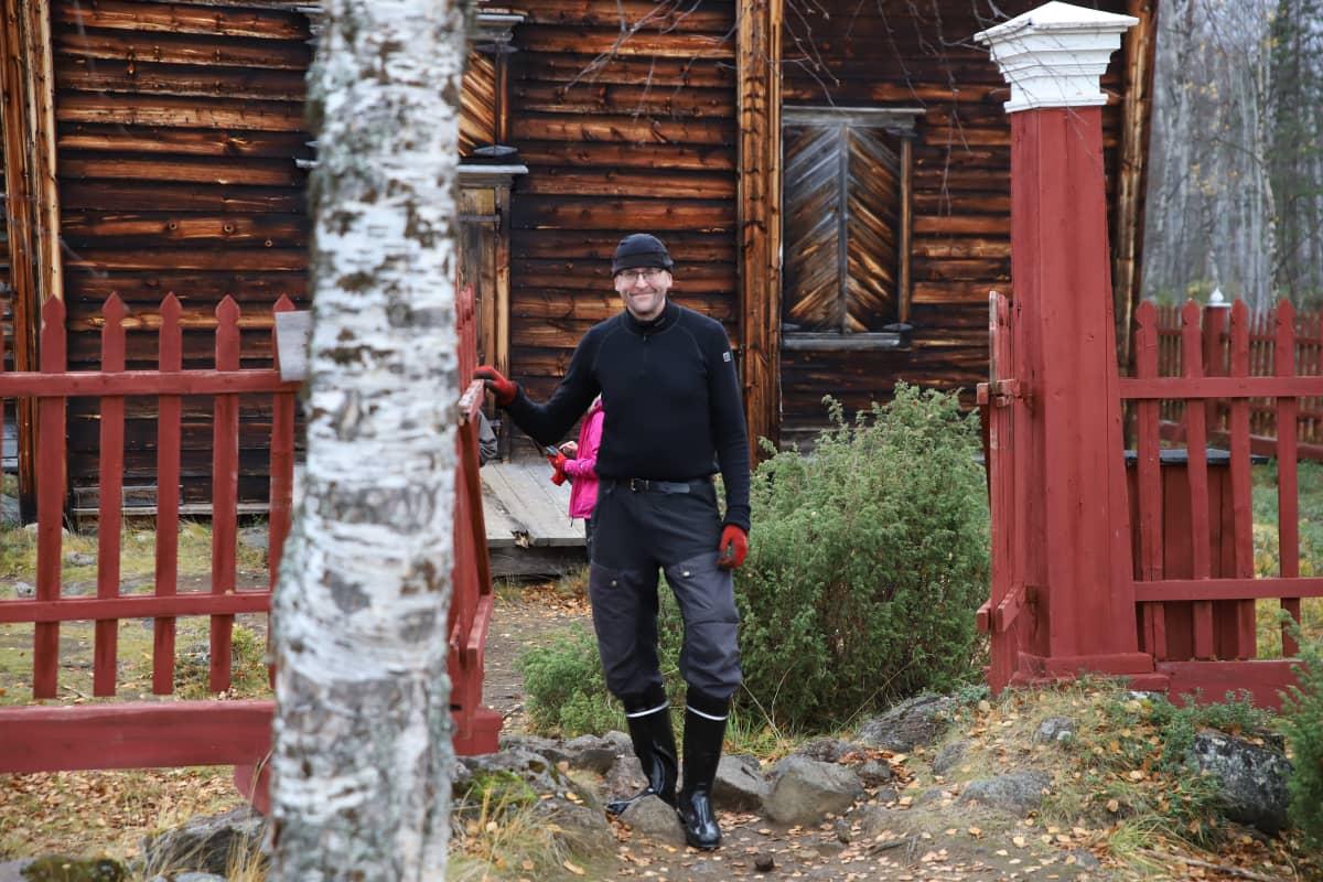 Tuomo Huusko, Inarin kirkkoherra Pielpajärven kirkon portilla