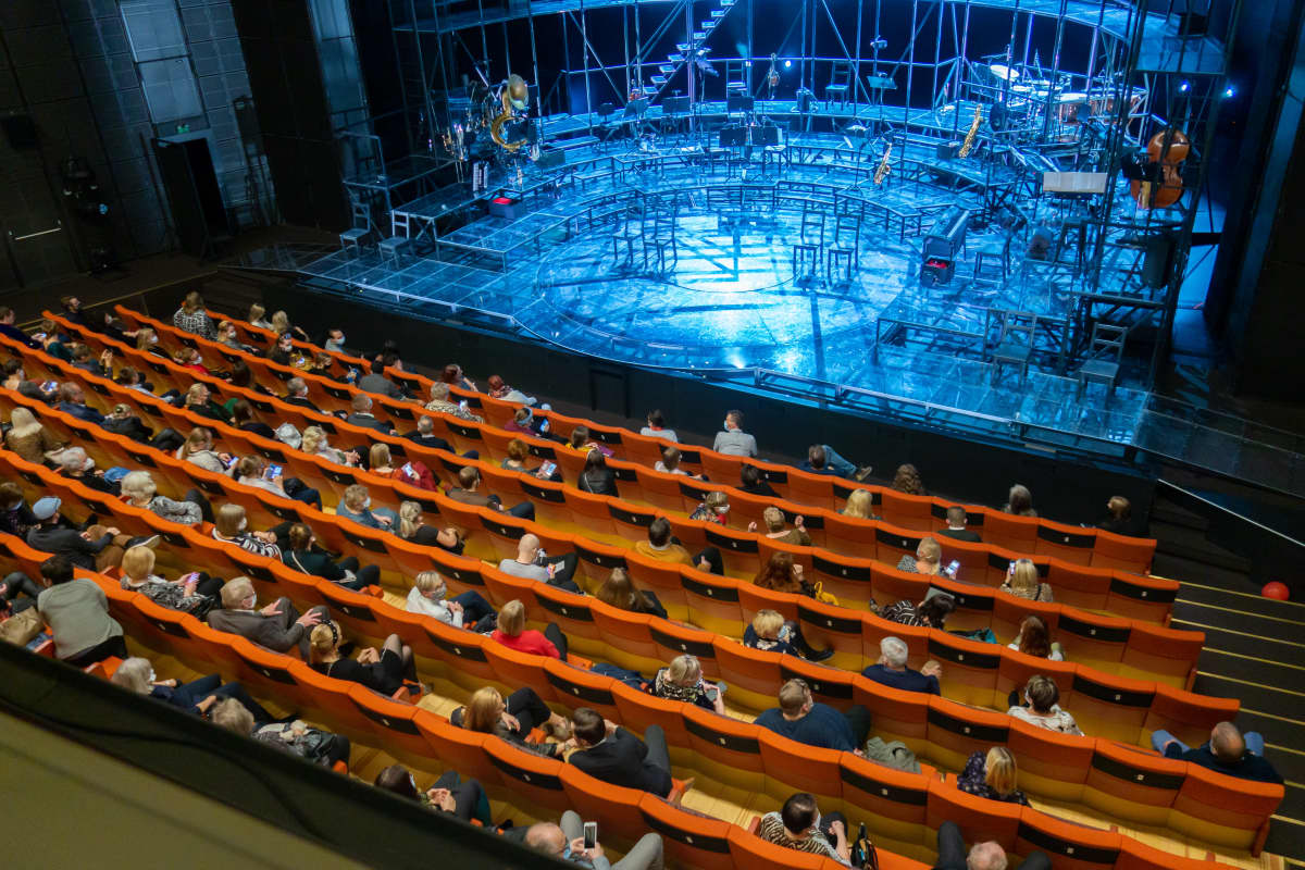 Yleisöä permannolla Turun kaupunginteatterissa.