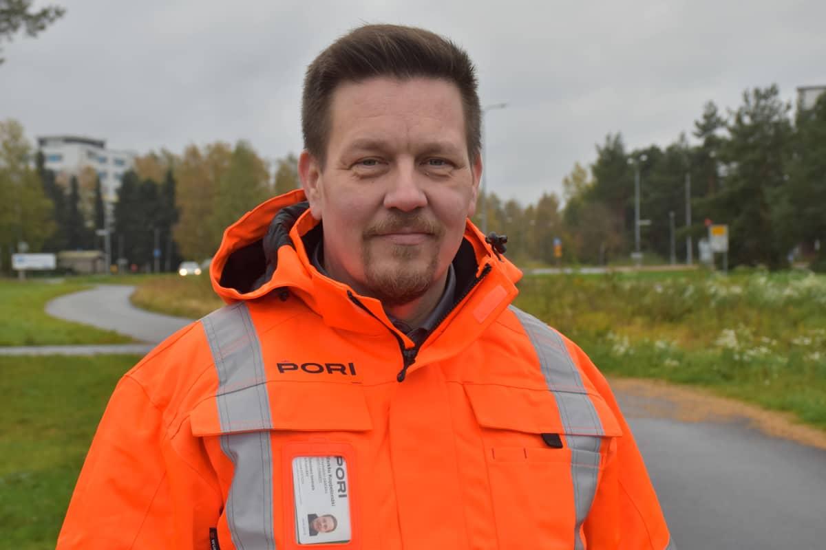 Porin kaupungin infrayksikön päällikkö Markku Koppelomäki Aittaluodon alueella.