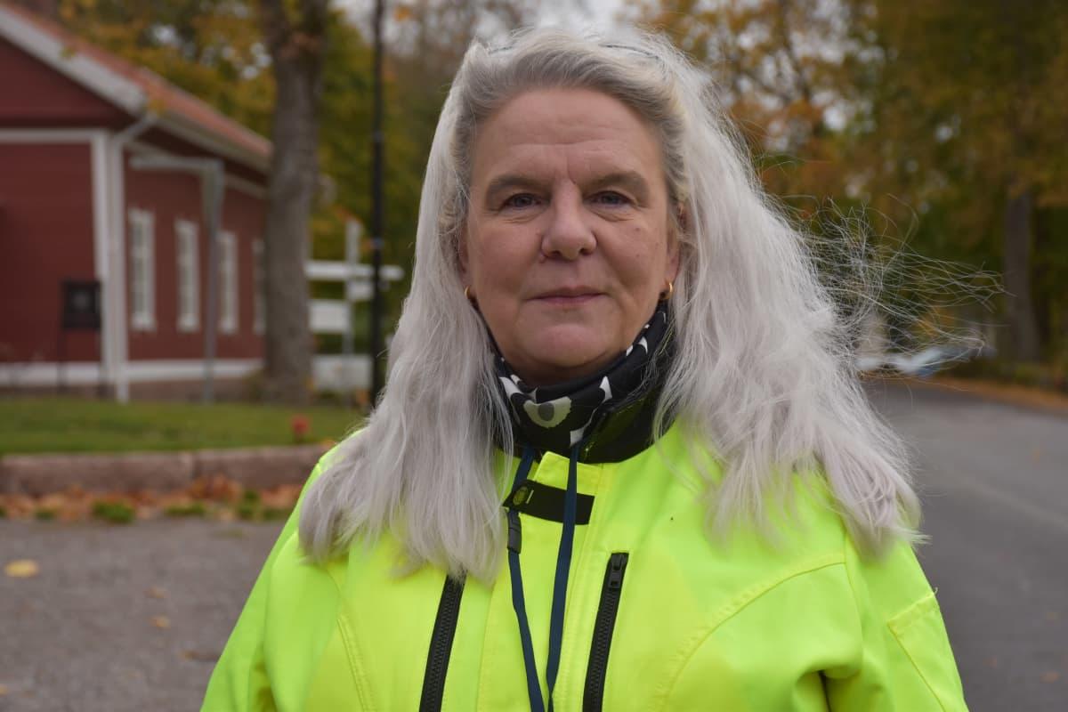Euran kunnan yhdyskuntatekniikan päällikkö Anne Saarenvalta Kauttuan klubin maisemissa.