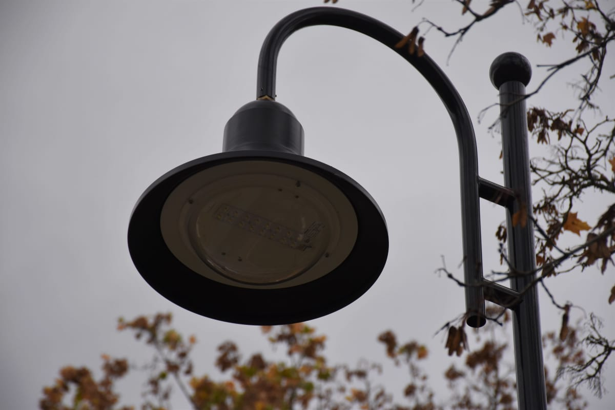 Eurassa Kauttuan klubin läheisyydessä olevat led-valot, jotka on räätälöity vanhaan ruukimaisemaan sopiviksi.