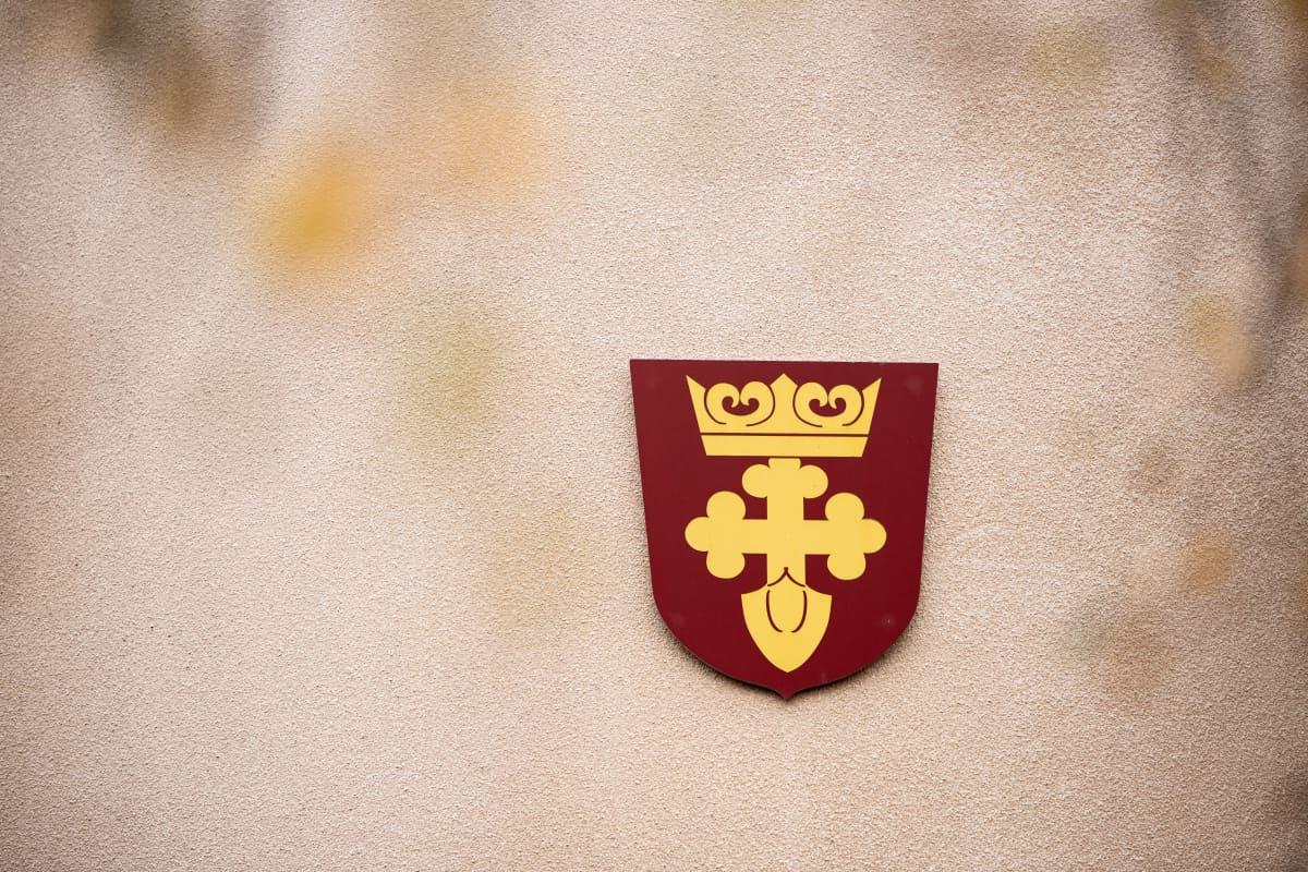 Kruunupyyn kunnan vaakuna kunnantalon seinässä.