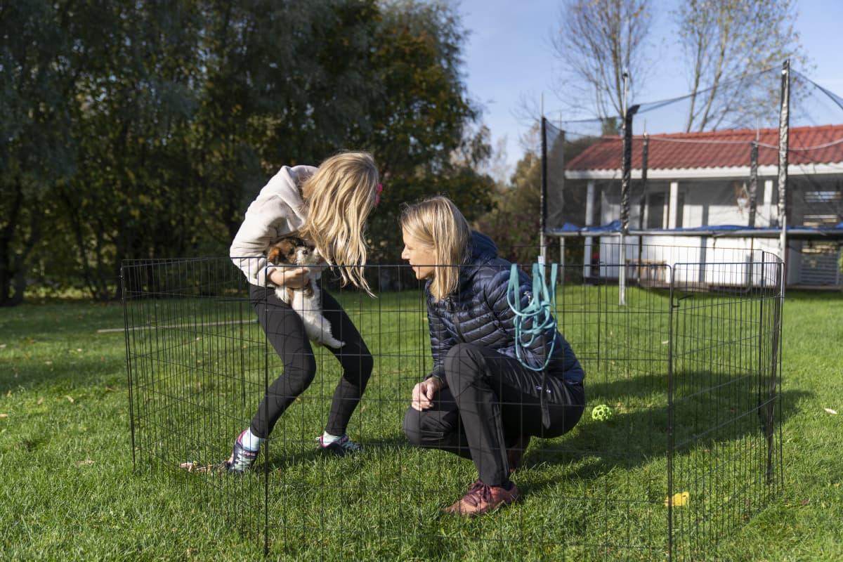 Pirkko Palmu, tytär Emilia ja koira Charlie kotipihallaan Tuusulassa