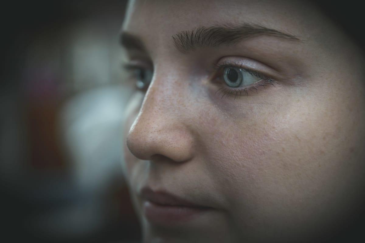 Petra Suonperä katsoo kauhuelokuvaa.