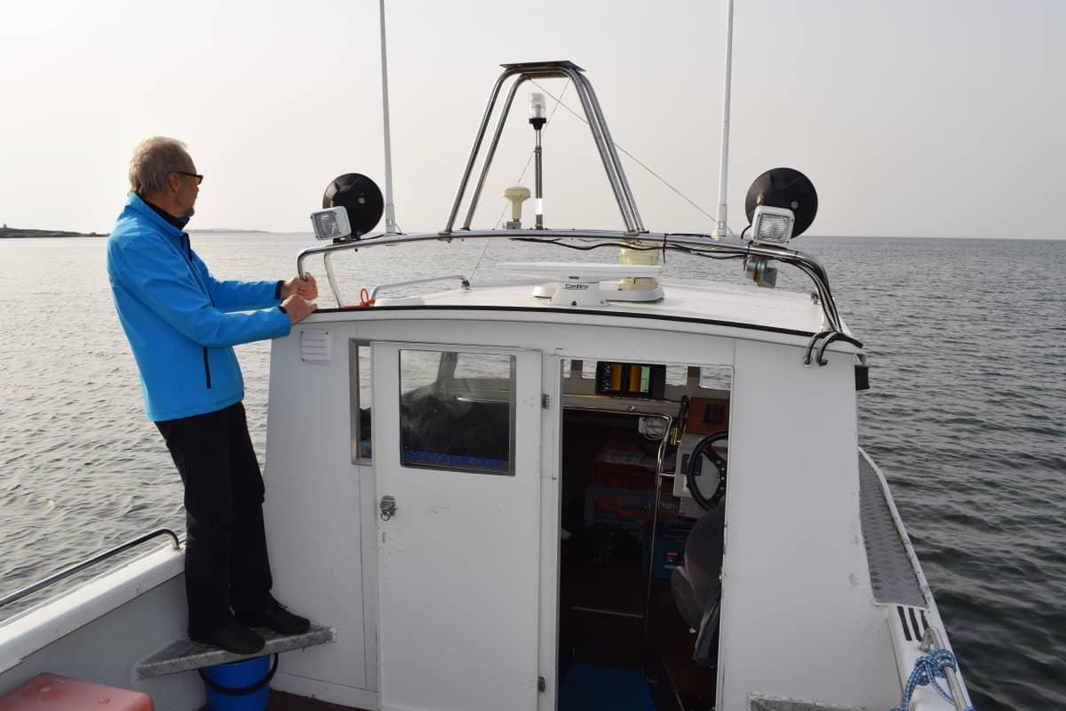 Kari Saramo katselee veneeltään Kirstan väylän suuntaan.
