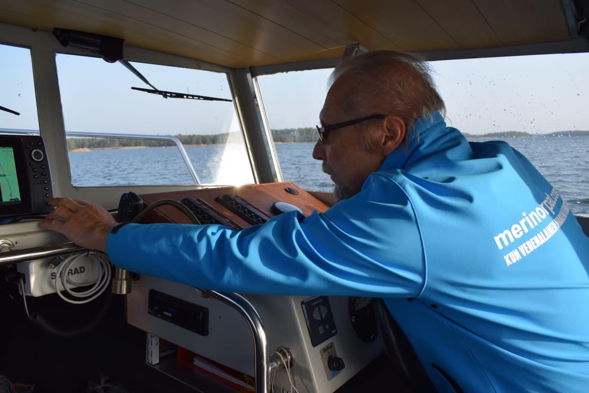 Kari Saramo ohjaa venettään Uudenkaupungin saaristossa.