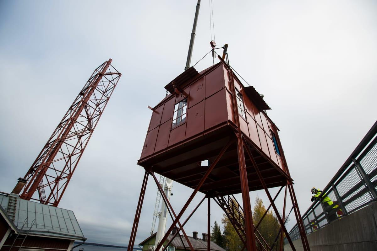 Pispalan Haulitornin kattorakennus nostettiin paikalleen 14. lokakuuta kello 13.