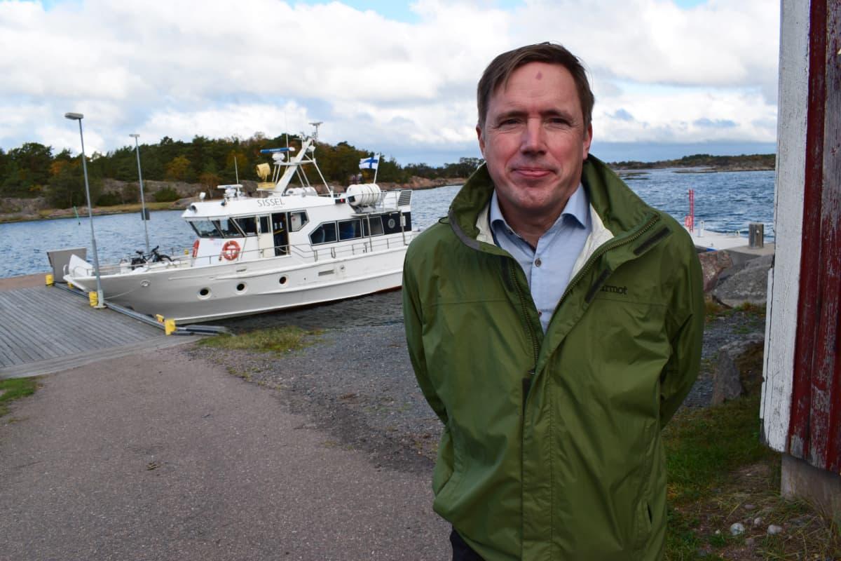 Laivayrittäjä Daniel Wilson Örön satamassa.