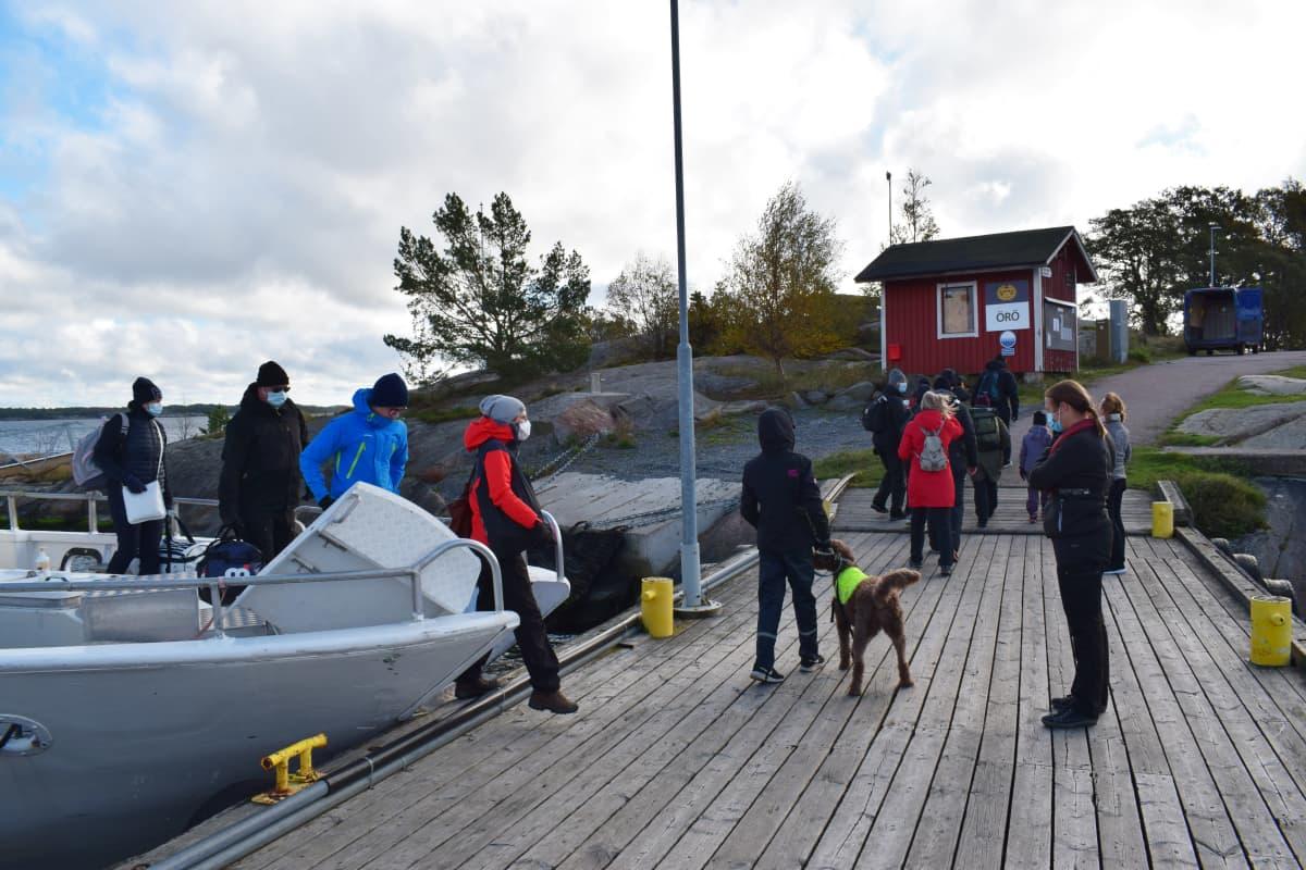 Matkailijoita saapuu Örön saareen.