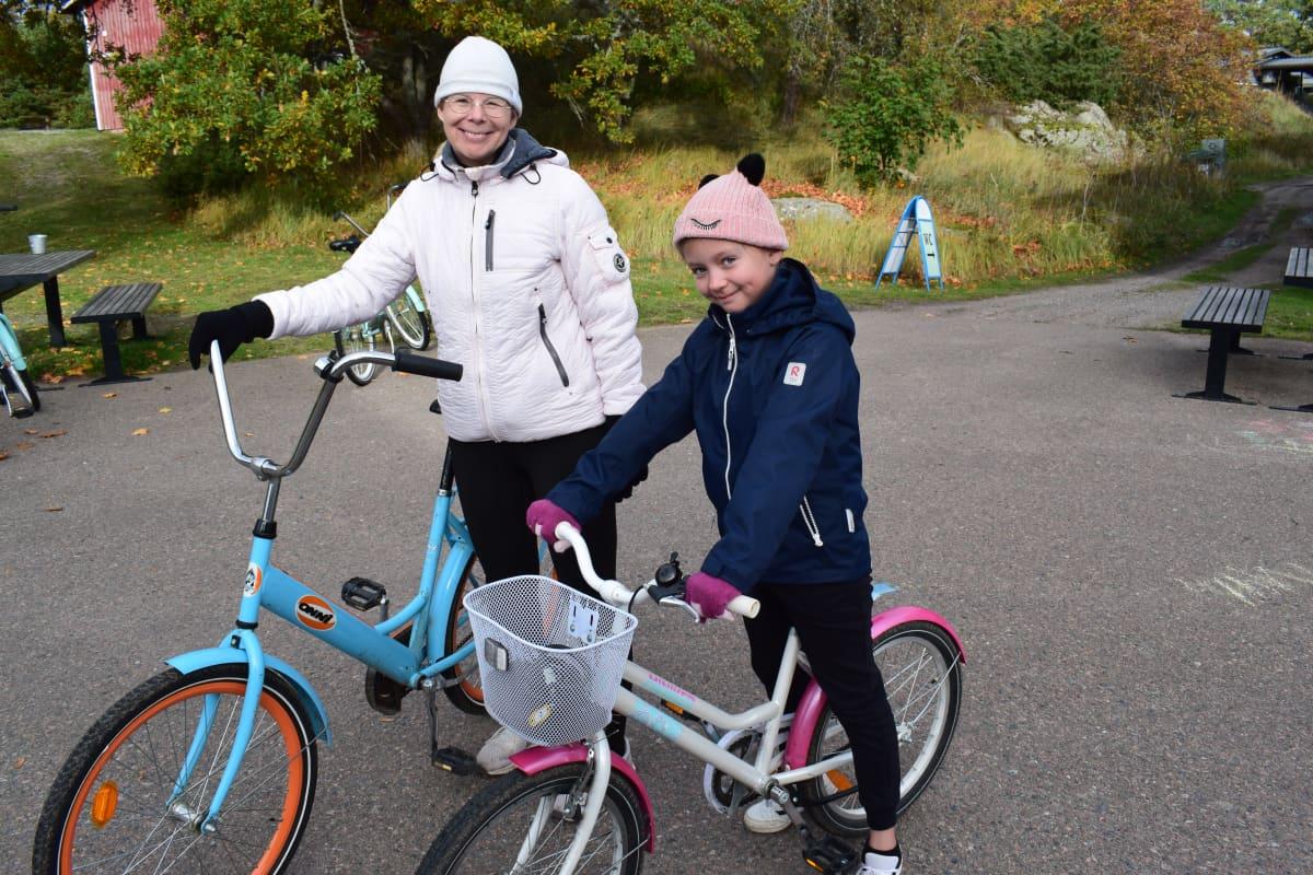 Marika Mikola ja Aada Boman Örön saarella.
