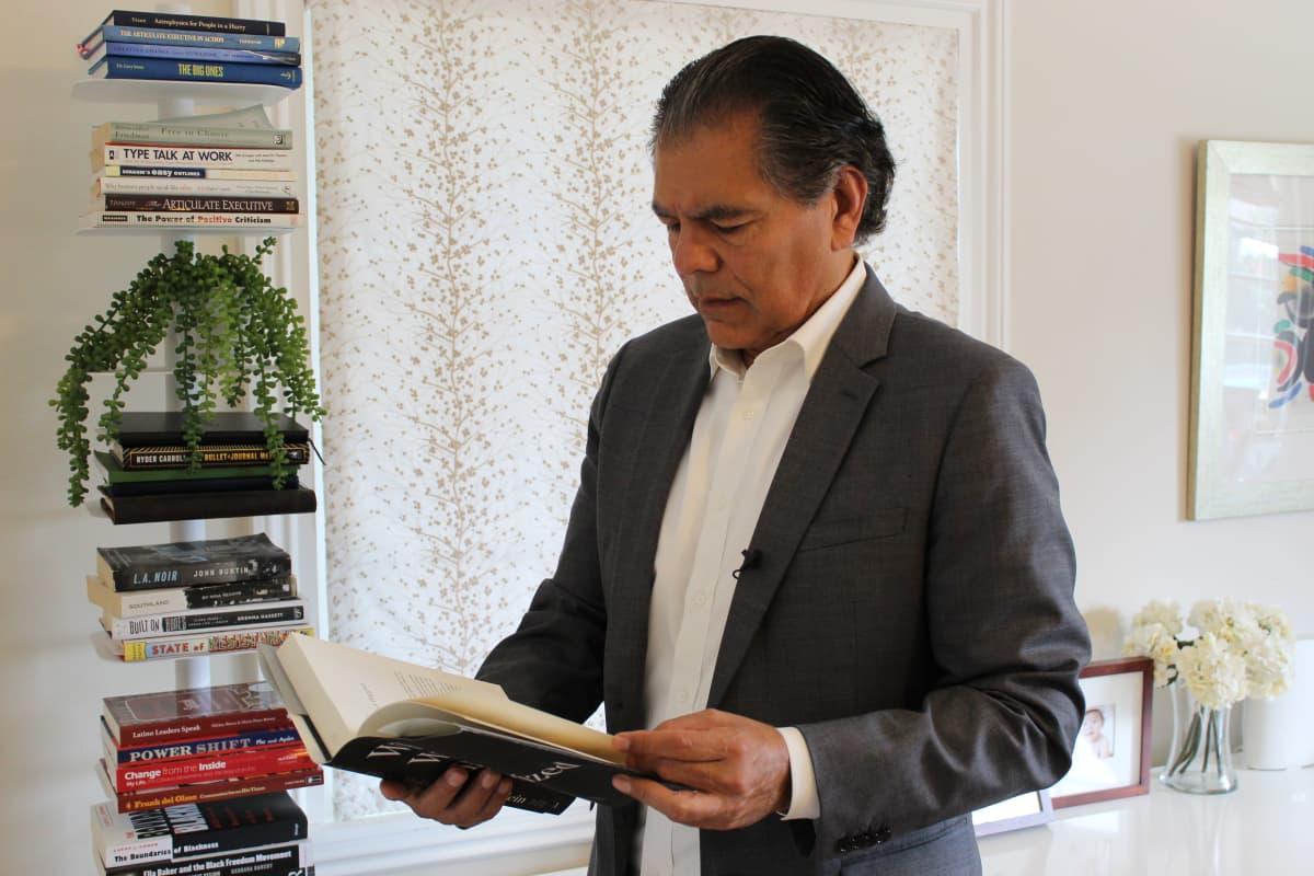 Kuvassa on professori Fernando J. Guerra Los Angelesissa lokakuussa 2020.