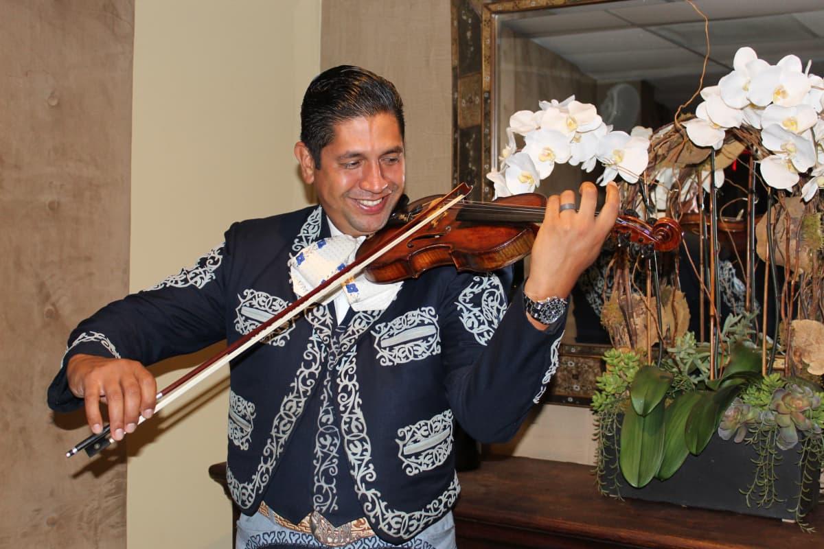 Kuvassa on mariachi-orkesterin viulisti Los Angelesissa lokakuussa 2020.