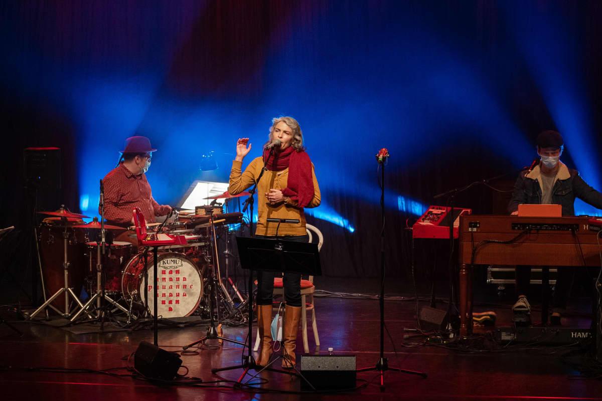 Näyttelijä-laulaja Irina Björklund, kuvattu 17.10.2020 Sellosalissa