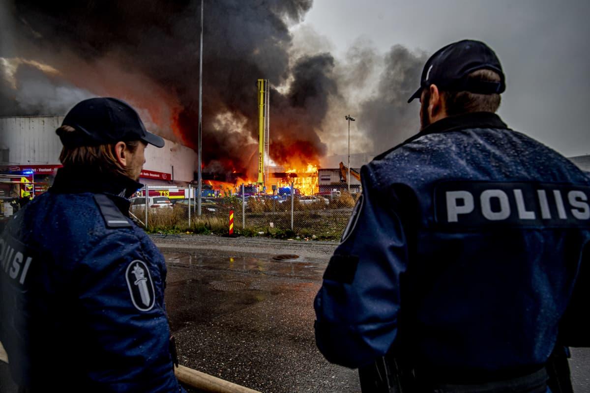 Poliiseja palopaikalla Turun Pansiontiellä.