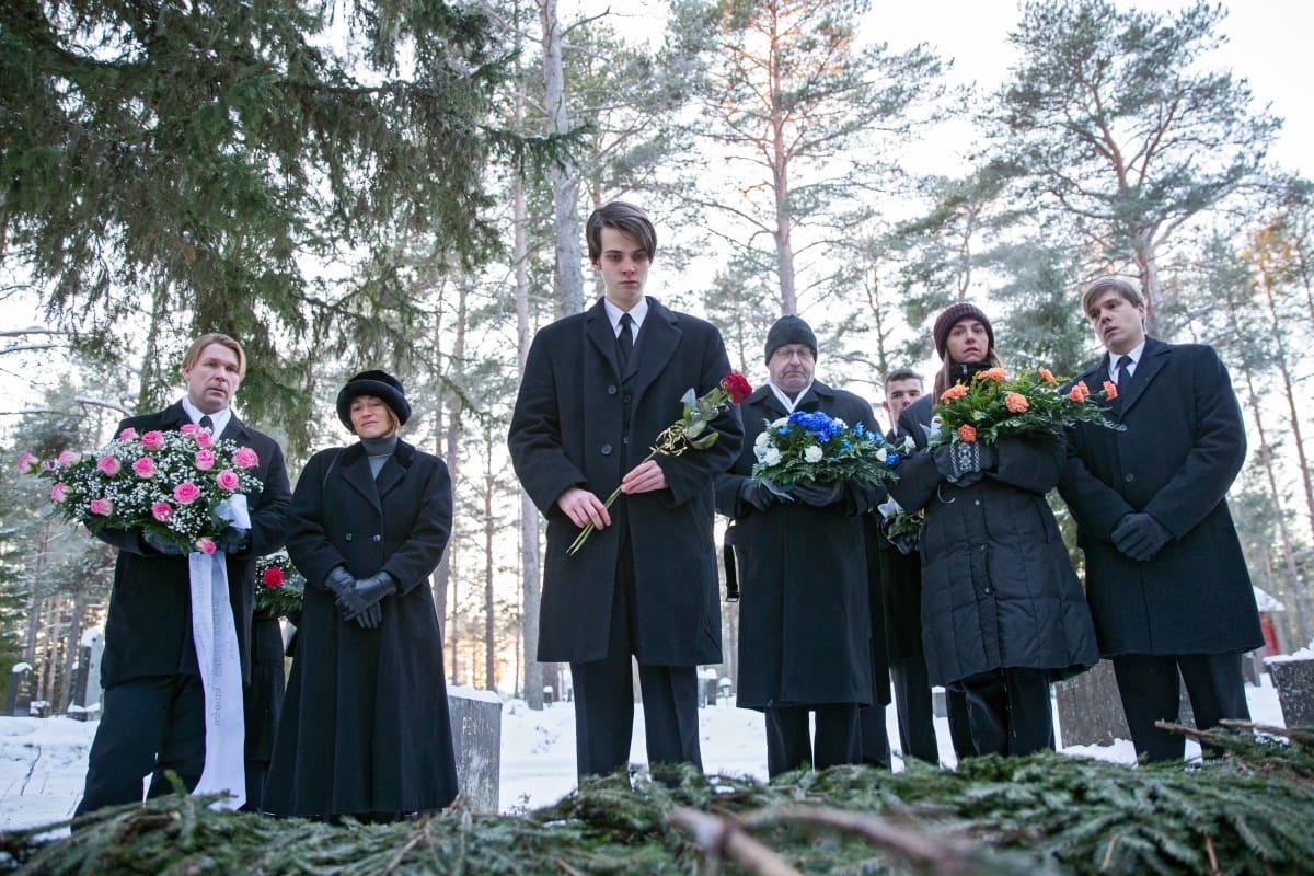 Hautajaiset Kaikki synnit -sarjan toisella kaudella.