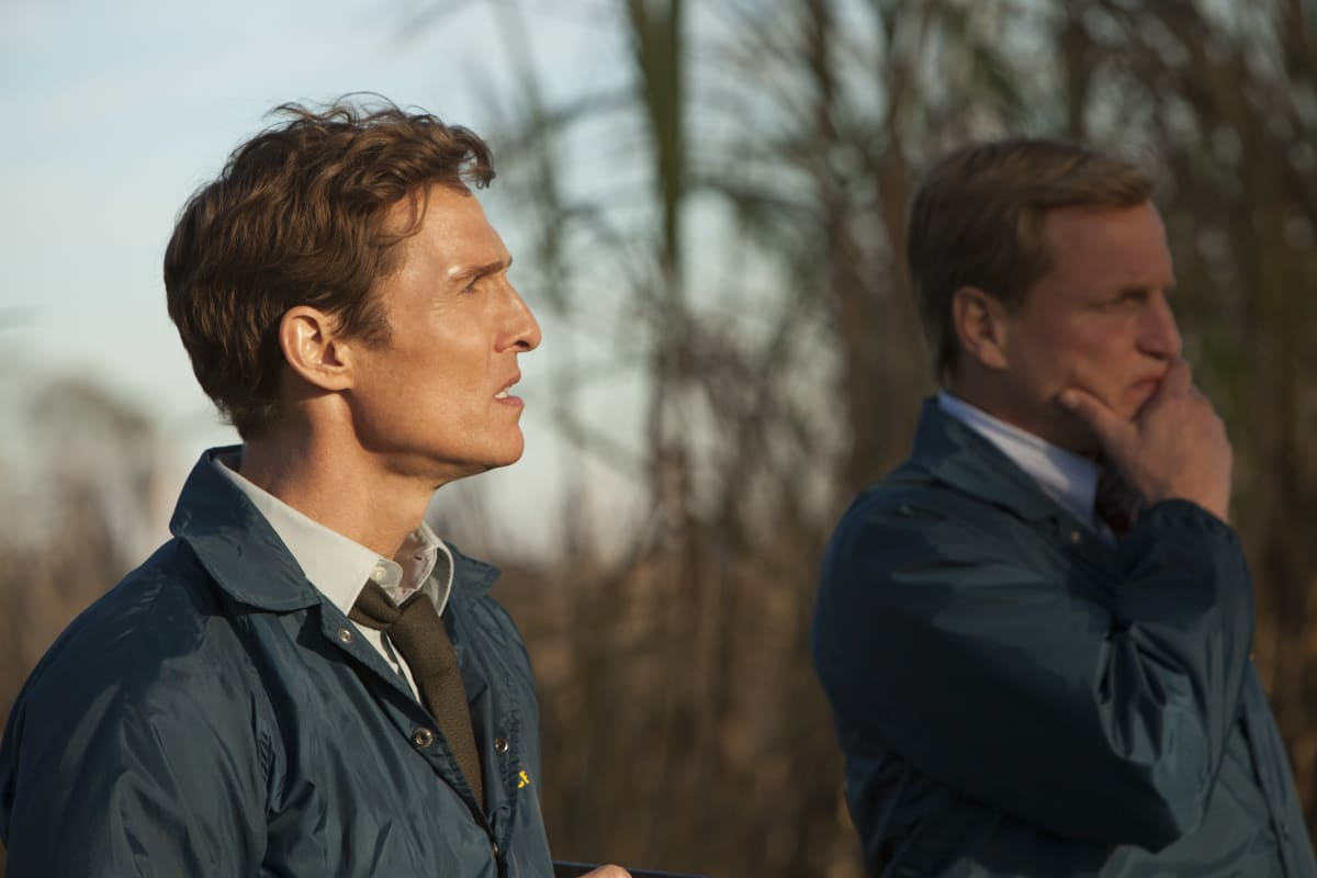 Matthew McCounaghey ja Woody Harrelson tv-sarjassa True Detective