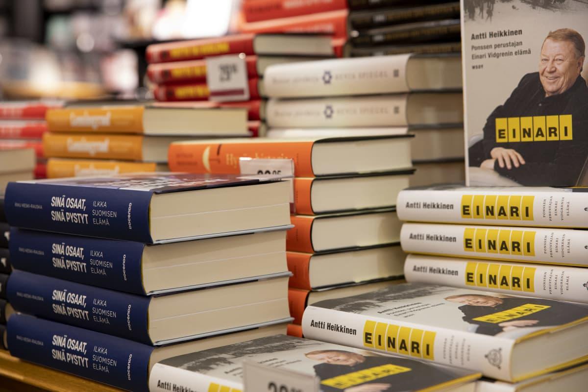Elämäkertakirjallisuutta kirjankaupan pöydällä.