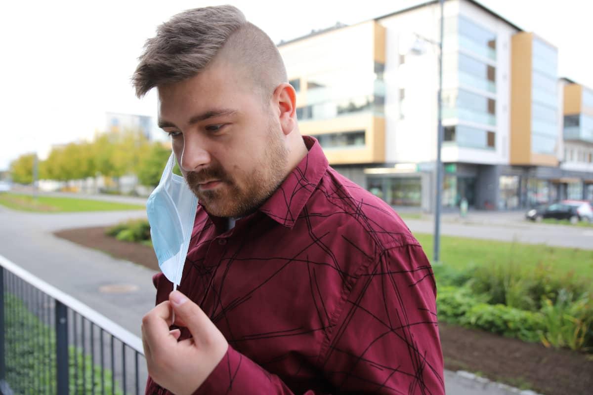 Turkulainen Eetu Louhe ottamassa maskia pois kasvoiltaan.