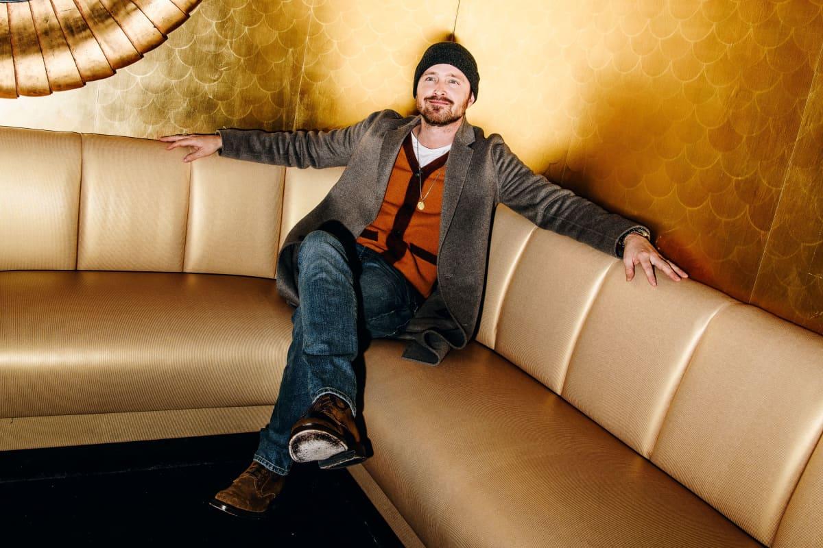 Aaron Paul sohvassa