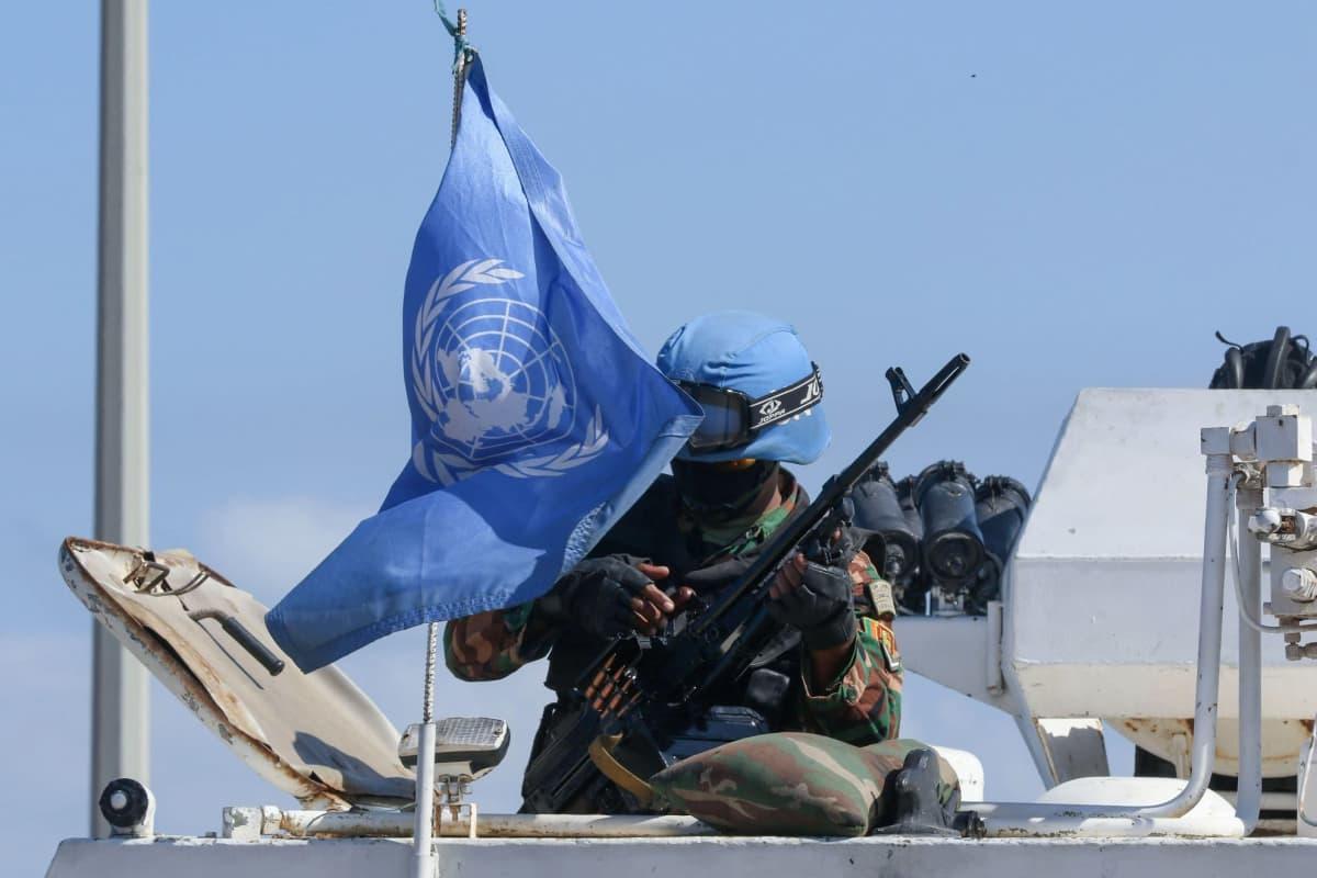 YK:n rauhanturvaaja kuvattuna Libanonin Naqourassa lähellä Israelin rajaa 11.10.2020.