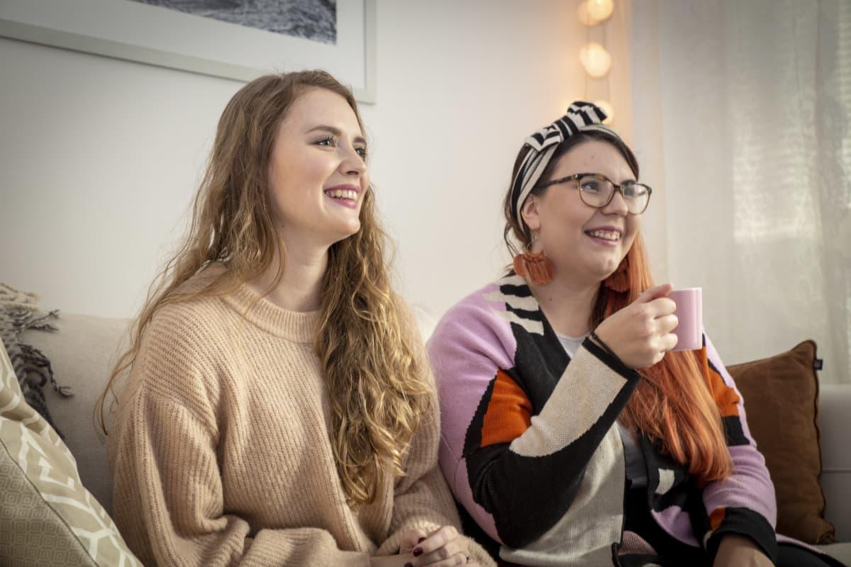 Sonja Antila ja Hanna Rantalainen ovat virtuaalisesti häämessuilla Rantalaisen  kotona.