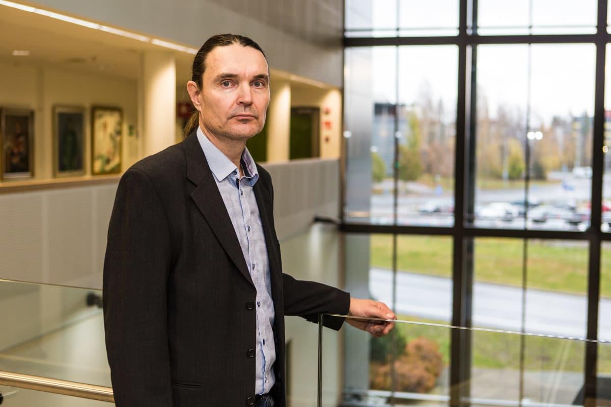 Tampereen yliopiston psykiatrian professori Olli Kampman.