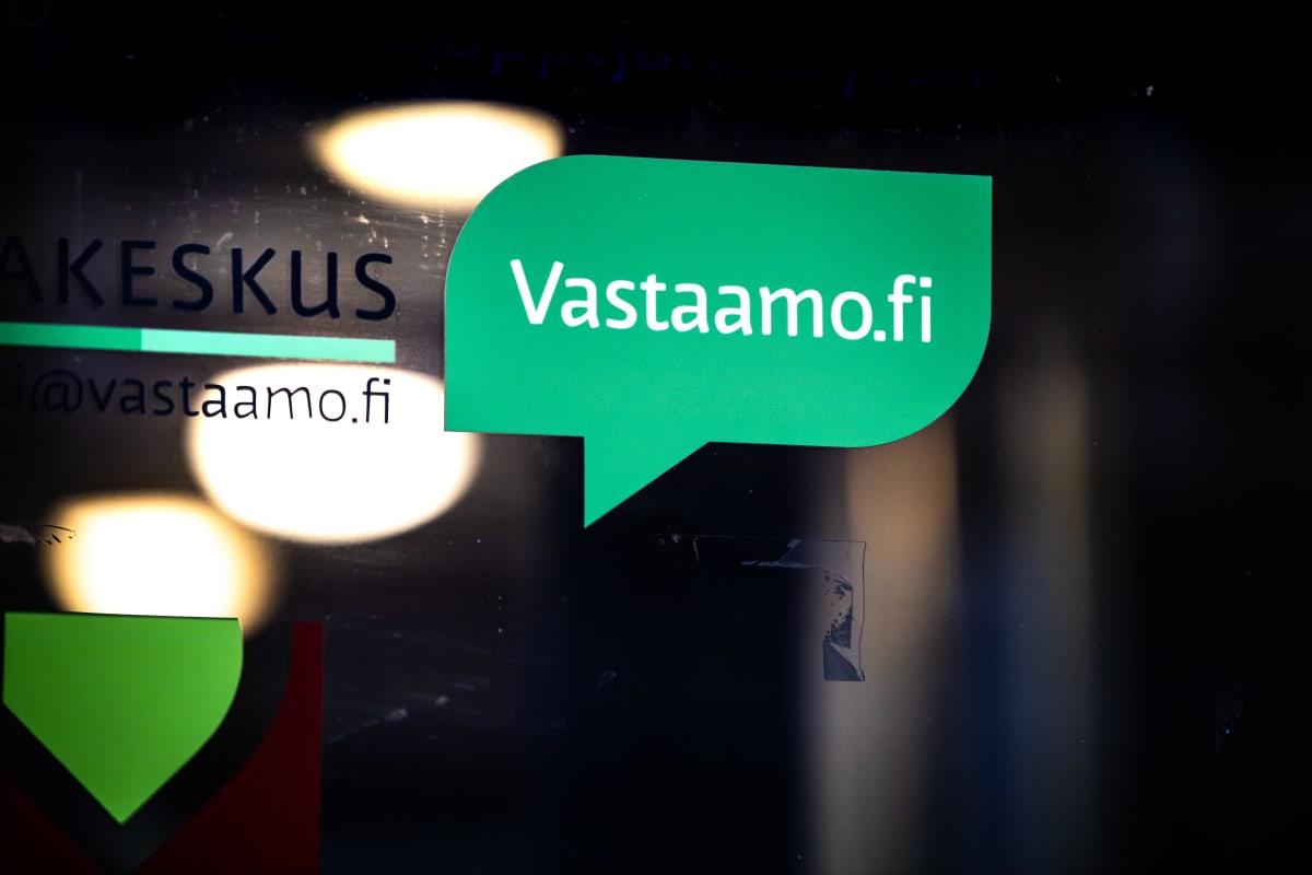 Psykoterapiakeskus Vastaamon tarra toimipaikan ulko-ovessa.