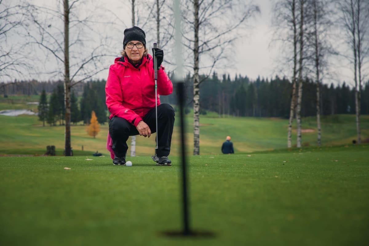 Jyväskyläläinen Tuula Kauhanen golfaa Muuramessa sadatta kertaa tälle vuotta.