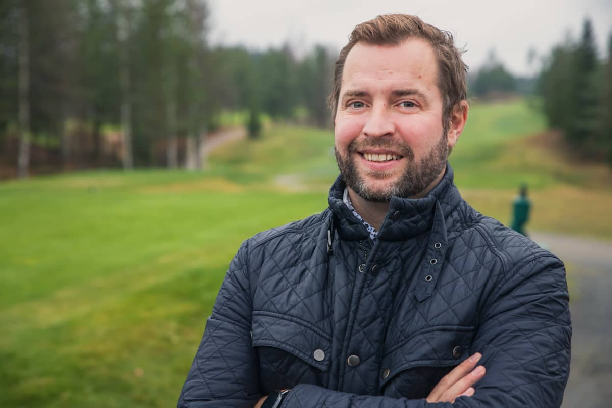 Muurame Golfin toimitusjohtaja Joonas Nieminen poseeraa kenttänsä edustalla.
