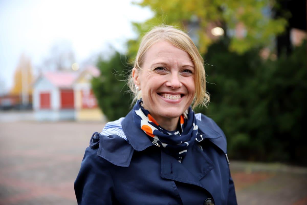 Rinna Ikola-Norrbacka hymyilee kameralle
