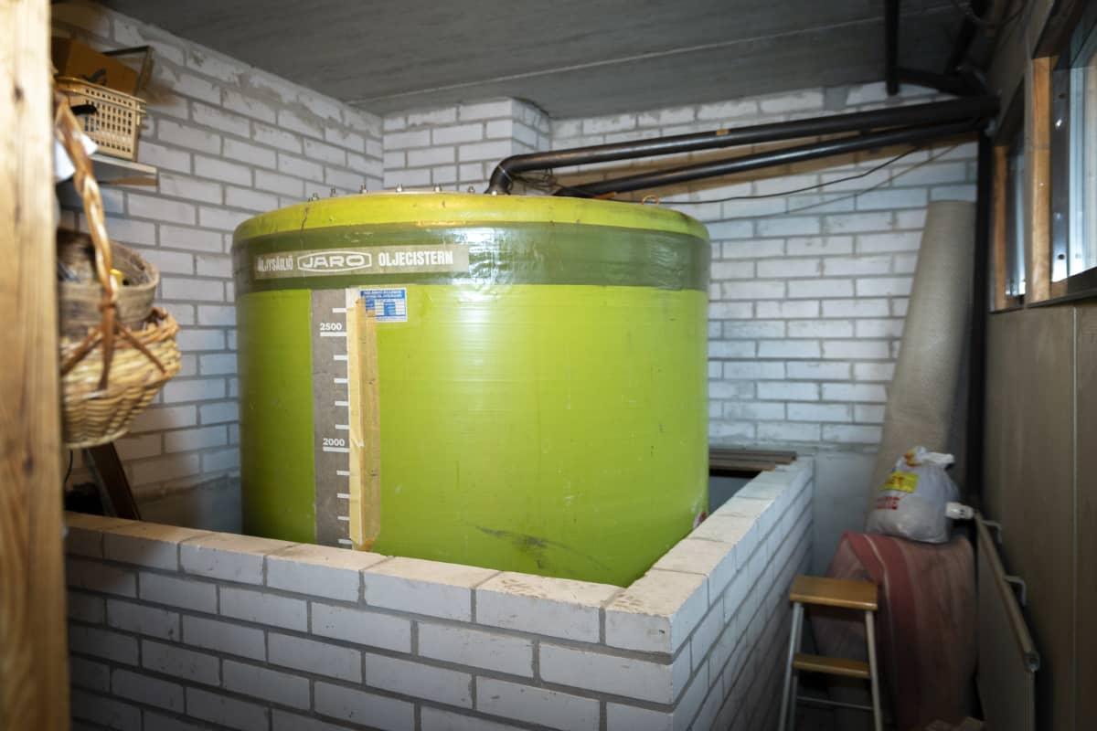 Vihtiläisen omakotitalon lämmitysremontti. Vanha öljysäiliö.