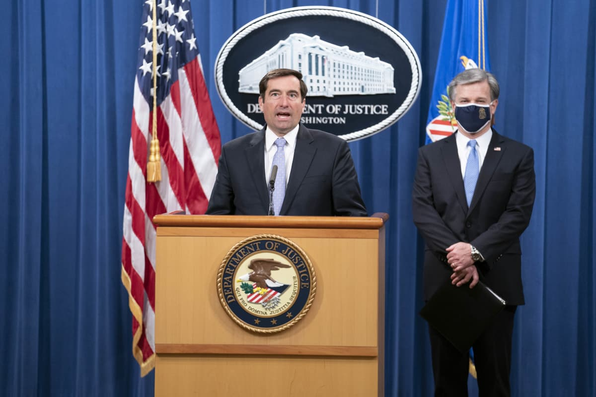 Kansallisen turvallisuuden apulaisoikeusministeri John Demers (vasemmalla) ja liittovaltion poliisin FBI:n johtaja Christopher Wray järjestivät virtuaalisen tiedotustilaisuuden Washingtonissa Yhdysvalloissa 28. lokakuuta 2020.